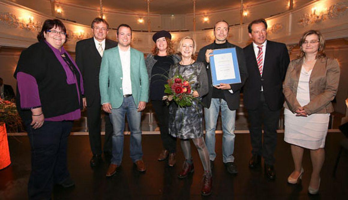 Das Team des Kulturkanal Ingolstadt erhält von Oberbürgermeister Dr. Bernhard Gmehling (2.v.l.) den Kulturpreis der Stadt NeuburgFoto: Florian Staron, kbumm.de
